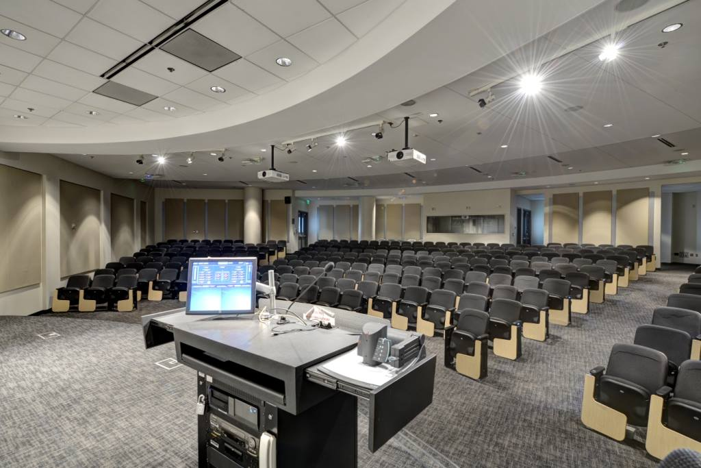 Auditorium del GA Tech Scheller College Business trattato da GIK Acoustics