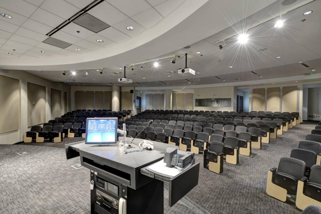 Auditorium del GA Tech Scheller College Business trattato da GIK Acoustics