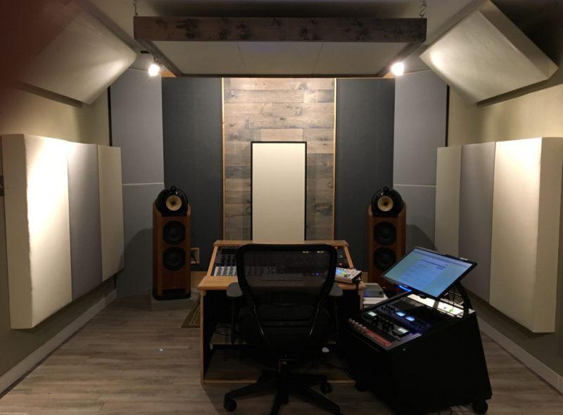Bass Trap Tri Trap e pannelli di GIK Acoustics appesi per formare un cloud al Sun Audio Mastering